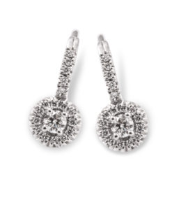 This 18k white golden earrings are set with brilliant cut diamonds.