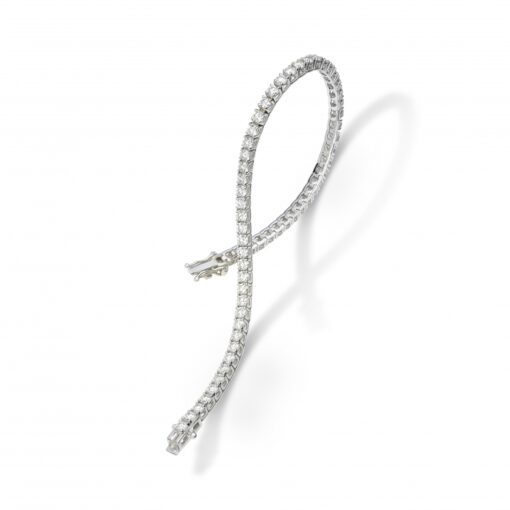 This stunning tennis bracelet boasts a row of round diamonds set in shimmering 18k white gold.