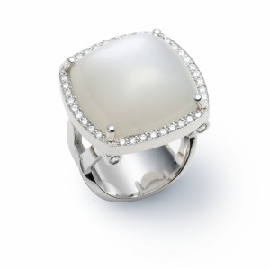 [en:]White moonstone halo diamond ring[/en][nl:]Witte maansteen en diamanten ring[/nl]