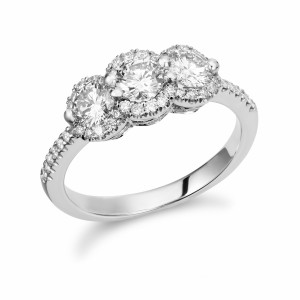 [en:]Three-stone halo diamond engagement ring[/en][nl:]Trilogie diamanten halo verlovingsring[/nl]