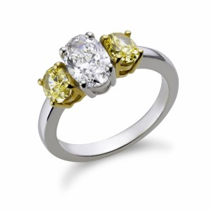 [en:]Three-stone oval-cut diamonds engagement ring[/en][nl:]Trilogie ring met ovale diamanten[/nl]