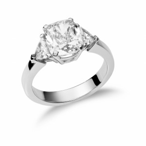 [en:]Three-stone cushion-cut diamond engagement ring[/en][nl:]Trilogie ring met cushion diamant[/nl]