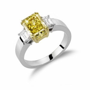 [en:]Three-stone emerald-cut diamonds engagement ring[/en][nl:]Trilogie ring met emerald geslepen diamanten[/nl]