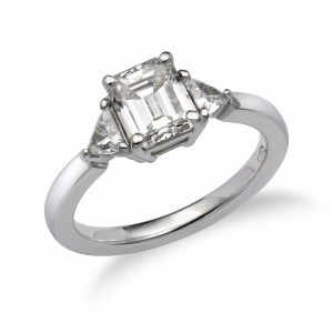 [en:]Three-stone emerald-cut diamond engagement ring[/en][nl:]Trilogie ring met emerald diamant[/nl]