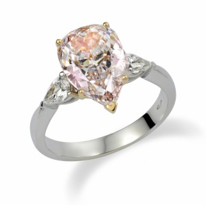 [en:]Three-stone pear-cut pink diamonds engagement ring[/en][nl:]Trilogie ring met peervormige diamanten[/nl]